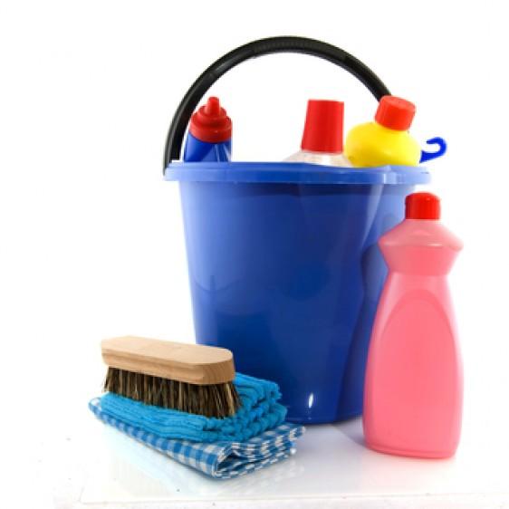 Artículos de limpieza, cubeta azul, cepillo, esponja