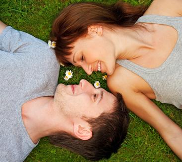 relación con nuestro entorno, costumbres, sentimientos, ideas, pensamientos, experiencias, relevancia del romance, sentimientos, actitudes, conductas, relaciones de pareja, cortejo, conquista, enamoramiento posterior,  factores emocionales, vínculo afectivo,  sentimientos, pensamientos, emociones, experiencias involucradas,