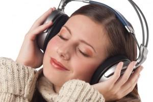 mujer esuchando música con audifonos