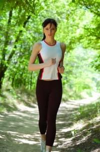 mujer ejercitandose, salud emocional, ejercicio, reducir estrés, equilibrio emocional,movimiento físico, calidad de vida, autoestima, flexibilidad, actividad física.