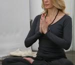 estilo de vida sano,mujer inteligente, Rebeca de Alba y el yoga, conductora de televisión, imagen de prestigiadas marcas de cosméticos, bienestar físico,bienestar anímico, bienestar mental,disciplina integral, ¿Para qué sirve el yoga?.