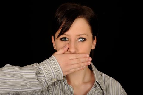 Cáncer de cabeza y cuello, mal hábito del tabaquismo, cáncer de pulmón, lengua, fosas nasales, laringe, traquea y otras partes de las vías respiratorias, síntomas, terapias moleculares, Erbitux, anticuerpo que impide el crecimiento tumoral,