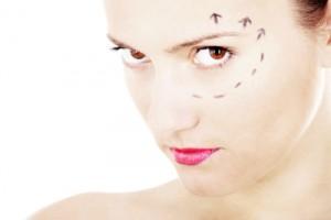 Mujeres y hombres buscan mejorar la apariencia de los ojos, mediante procedimientos estéticos.