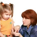 una madre obsesiva quiere controlar siempre a sus hijos