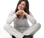 mujer sentada y sonriendo