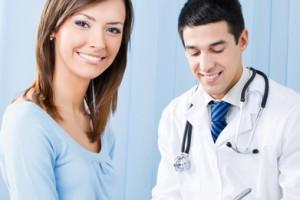 Médico en consulta con una mujer