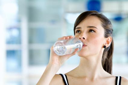 hidratación, salud física, salud mental, agua, pérdida de agua, 2.5 litros de agua, deshidratación, aspecto saludable, piel hidratada