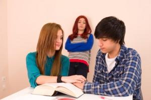 relaciones en pareja son complejas, tortura interior,pensamientos negativos, pequeña dosis de celos, Evita los pensamientos negativos, platica con tu pareja,