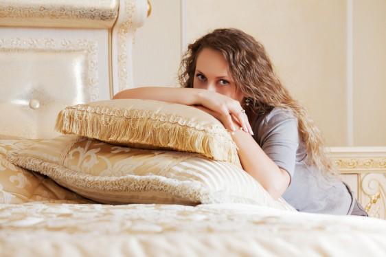 La dispareunia femenina es el dolor que se presenta antes, durante y después del coito sexual. Este padecimiento implica una serie de molestias como ardor o un dolor intenso que puede localizarse en la parte inferior o exterior de la vagina o en la región pélvica.