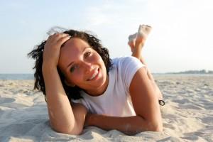 El verano puede llevar la piel a los extremos: por un lado lucir un bronceado radiante, pero por el otro, terminar con una apariencia fatigada, reseca y opaca; señal de exceso de sol y rayos UV.