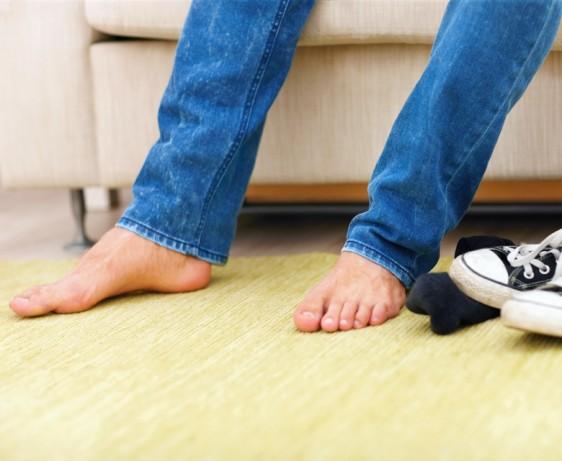 Disminuye  el uso de zapatos ahulados sintéticos como los tenis por periodos prolongados.