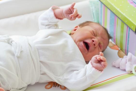 Es importante que este padecimiento se detecte oportunamente y evitar así complicaciones graves en la salud del bebé. Si el reflujo es leve, se puede tratar a través de cambios en su postura y en la alimentación.
