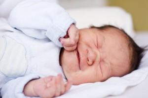 El reflujo gastroesofágico es un padecimiento frecuente en los bebés, razón por la cual mamá y papá suelen verlo como algo natural; sin embargo, es importante que acudan al médico.