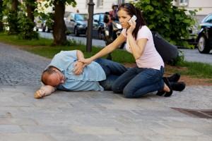 Signos de alarma: pérdida súbita de la movilidad, ya sea de medio cuerpo o generalizada, alteraciones de la conciencia, pérdida de la sensibilidad, dolor intenso de cabeza y alteraciones del habla. Es necesario acudir de inmediato al hospital.