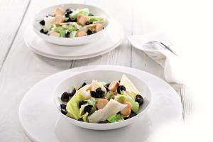 Ensalada César con Aceitunas. Sus ingredientes son ricos en vitamina E, fibra, minerales y todos los aminoácidos esenciales para nuestro organismo.