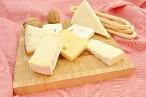El queso es sano al comerlo en pequeñas cantidades. Se saborea mejor y sin daño para la salud