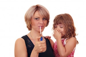 El fumador pasivo es aquella persona que, pese a no ser fumadora, aspira el humo del cigarrillo. Estudios recientes demuestran que en una hora puede llegar a inhalar una cantidad equivalente a 2 o 3 cigarros. Imagen: Depositphotos.
