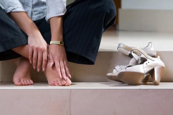 Más de tres cuartas partes de los encuestados consideran que usar sandalias en la oficina es poco profesional.