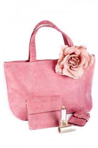 Bolsa rosa y lápiz labial