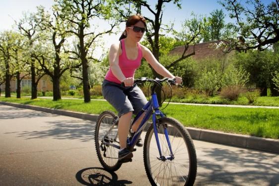 Jovencita manejando bicicleta