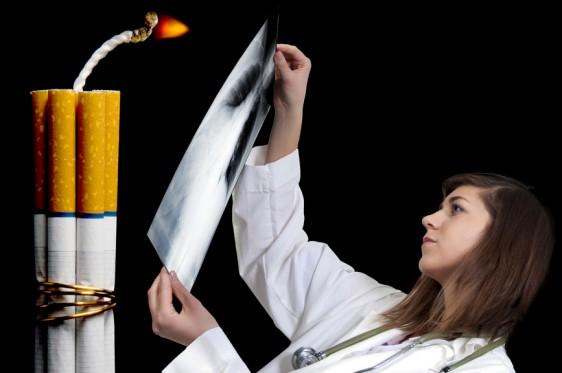 Mujer observando documento en la parte posterior explosicos en forma de cigarros