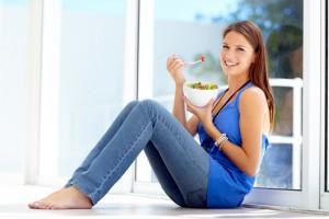 El arándano es una fruta con múltiples propiedades que pueden beneficiar a tu salud si lo consumes con frecuencia. Una,  de sus muchas cualidades  son sus propiedades antiadherentes, efectivas contra infecciones urinarias.Imagen: Depositphotos.