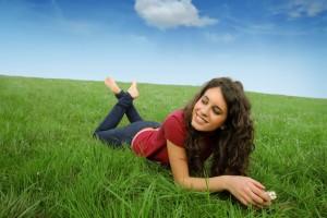 Manteniendo una vida equilibrada en nutrición, ejercicio, socialización y fuerza mental se minimiza el deterioro de tu cerebro y la pérdida de memoria relacionada con la edad. Imagen: Depositphotos.
