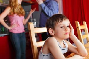 ¿Te has escuchado a ti misma decirle a tu pequeño lo mucho que lamentas que se parezca a su papá? Tus palabras pueden dañarlo de manera irreversible. Imagen: Depositphotos_.
