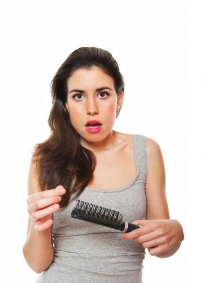 Mujer sorprendidacon cepillo