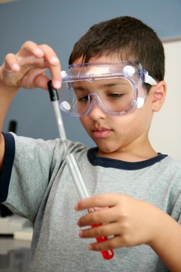 La atención del niño en el salón de clases y la capacidad para responder a las demandas escolares dependen en gran medida de la visión.