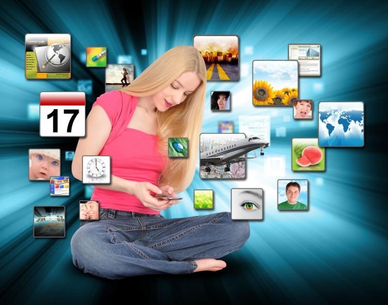 Mujer usando telefono inteligente