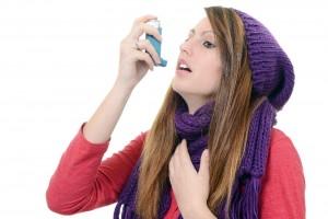 Mujer con bufanda usando difusor en la boca