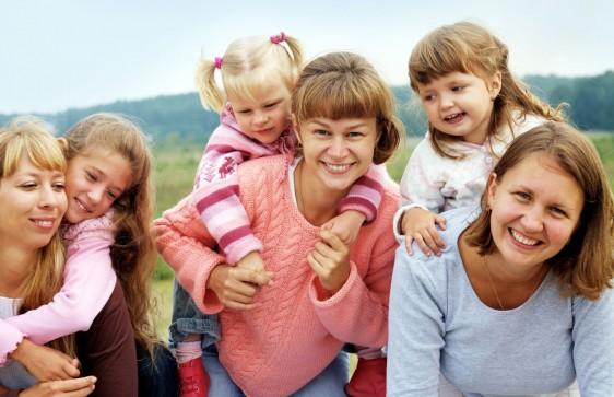 Las mujeres se sienten culpables por no pasar tanto tiempo con sus hijos.