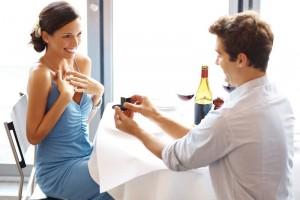 Mujer recibiendo declaración de amor de un hombre