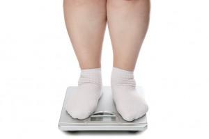 También las personas con sobrepeso y obesidad cambian la forma en cómo se distribuyen ciertas hormonas, porque cuentan con más disponibilidad de ellas por más tiempo y entonces los tejidos son expuestos a estos promotores de crecimiento celular desordenado.
