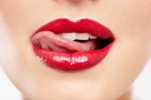 Labios con lápiz labial rojo