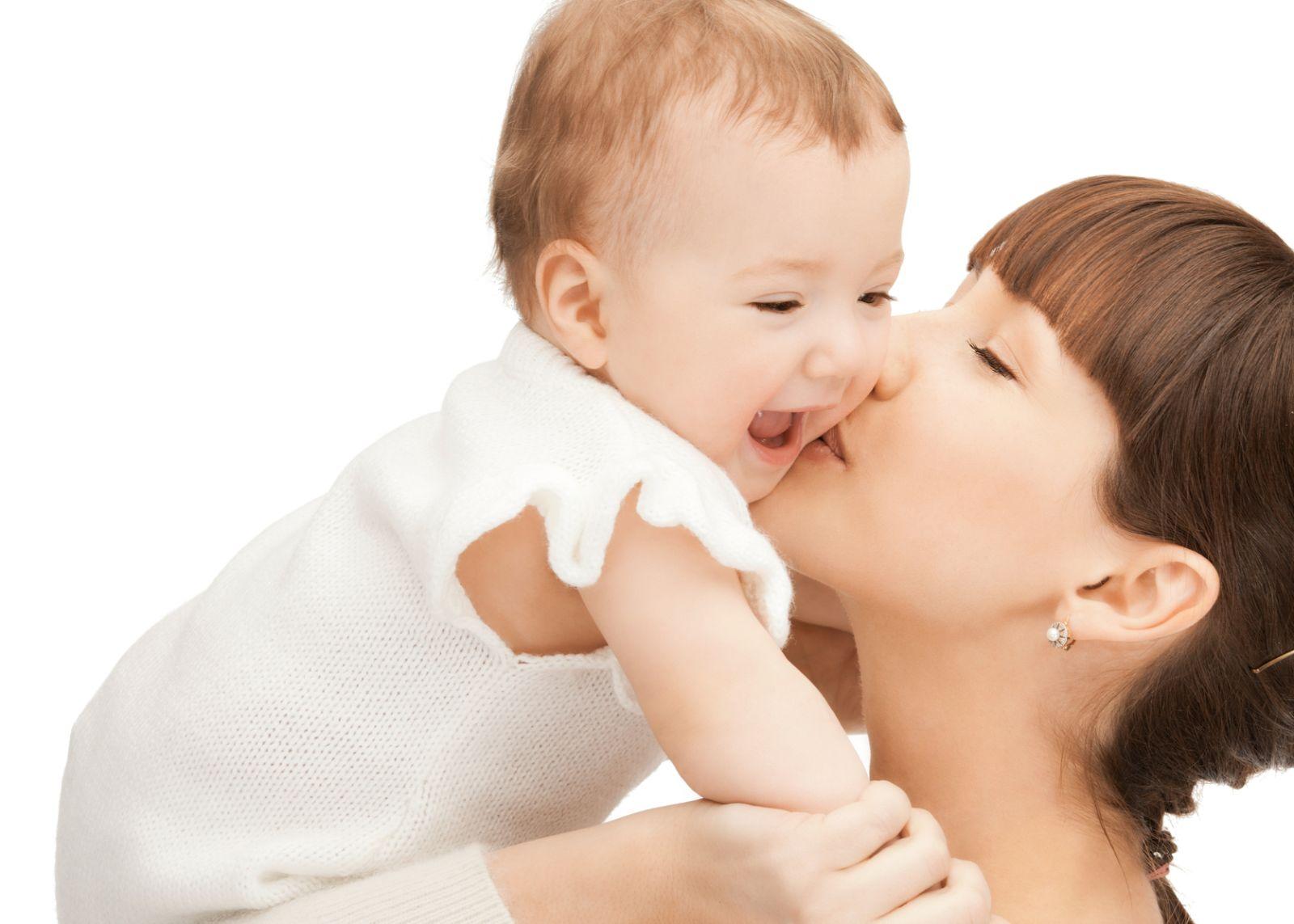 Por ejemplo, la prolactina, hormona que ingiere el bebé a través de la leche materna, es importante en el desarrollo del sistema inmunológico, emocional y conductual de los infantes.