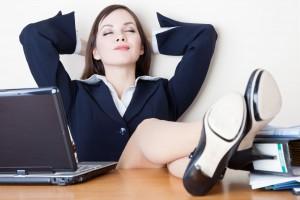 Mujer de negocios relajándose en el trabajo