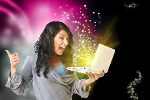 Mujer feliz con una computadora con un fondo negro y brillos