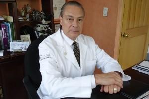 médico sentado en su consultorio