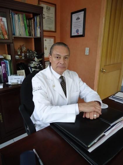 Dr. Lauro Manuel Loria Casanova en su oficina