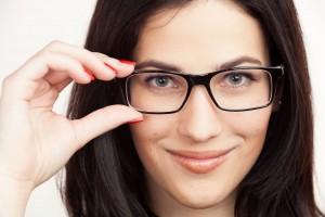 La especialista explicó que la presbicia es causada por una pérdida gradual de la flexibilidad del cristalino (segmento transparente situado atrás del iris del ojo) que impide enfocar adecuadamente los objetos que se encuentran cerca.