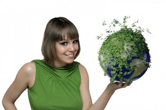Mujer adolecente con un mundo verde en las manos