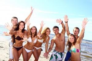 Adolecentes felices jugando en la playa