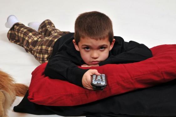 El exceso de tiempo ante la TV provoca obesidad infantil, actitud pasiva ante la vida y trastornos emocionales: depresión, ansiedad y niveles bajos de socialización, así como accidentes hogareños.