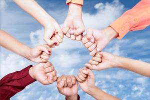 Acercamiento de manos con uños cerrados formando un circulo
