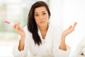 Mujer triste con prueba de embarazo