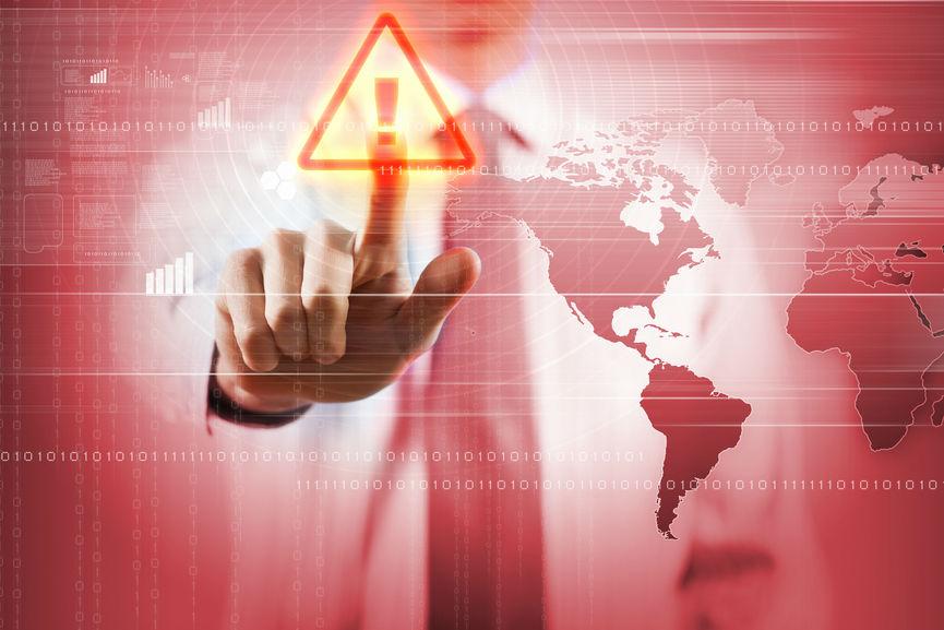 Icono de alerta es pulsado por una persona al lado de un mapa del mundo