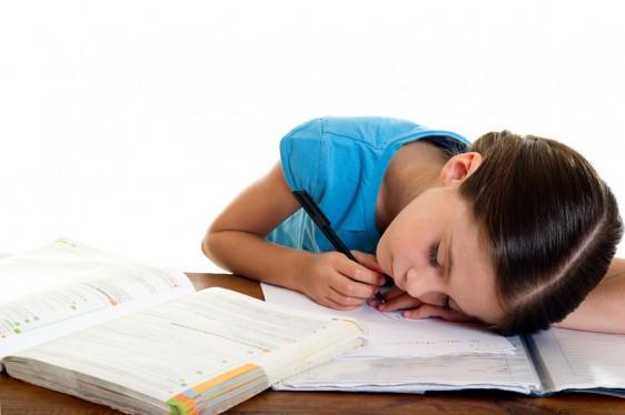 Los niños a menudo muestran constantemente síntomas de sueño y ansiedad en mayor medida en la escuela lo que afectan sus actividades diarias.