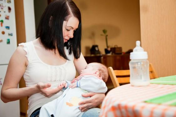 Aproximadamente el 50% del peso se pierde durante el parto, con la expulsión de la placenta y pérdida de líquidos, así como la involución del útero y lo demás se perderá progresivamente durante la lactancia y con actividades que realice la madre.